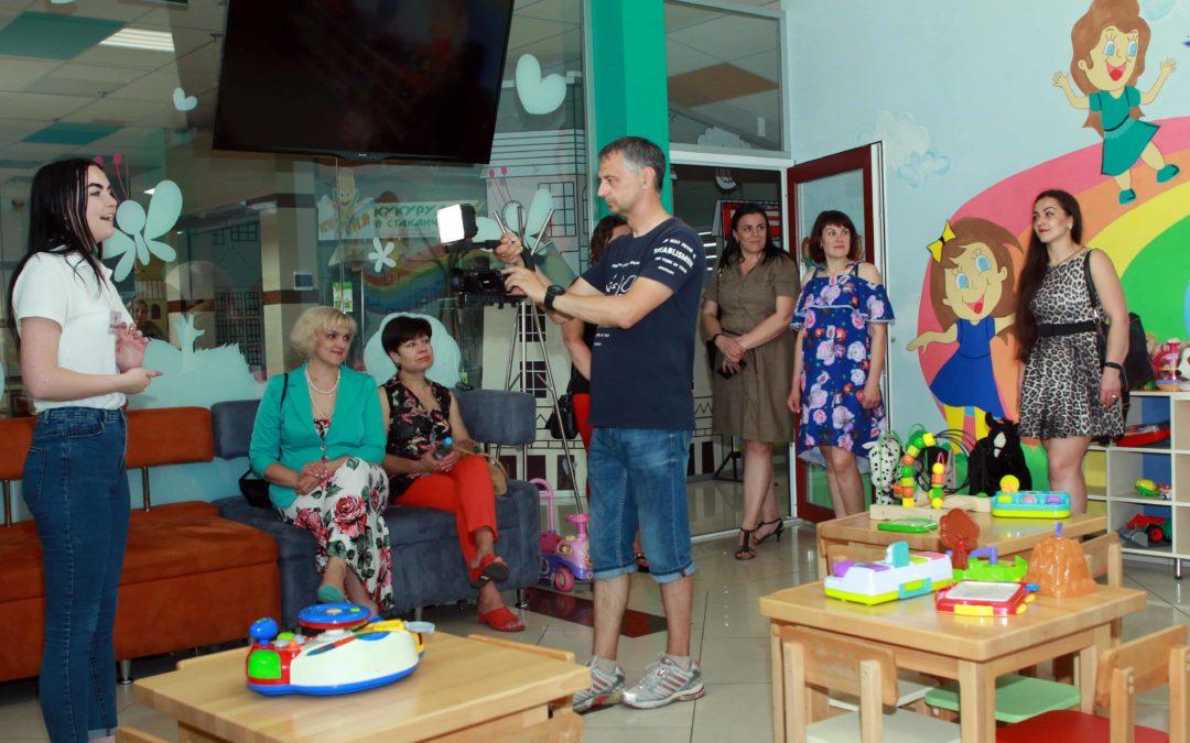 ТРЦ Брістоль запросив учасниць реаліті-шоу у гості. Фото.